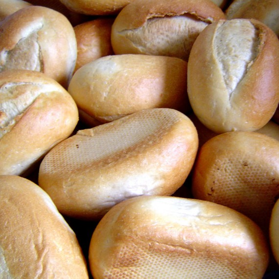 how many calories in a small white bread roll